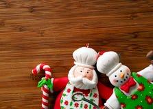 圣诞节-老木背景和滑稽的厨师圣诞老人 库存照片