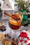 圣诞节仔细考虑了与柠檬切片、茴香和肉桂条的酒 免版税图库摄影