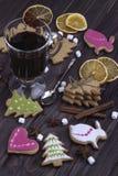 圣诞节仔细考虑了在一块玻璃的酒与干桔子圣诞节co 免版税库存照片