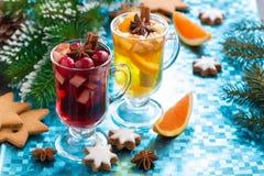 圣诞节仔细考虑了酒并且加了香料在蓝色背景的苹果汁 免版税库存照片