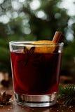 圣诞节仔细考虑了酒或gluhwein用香料和橙色切片在土气桌,传统饮料上寒假,不可思议的光 免版税库存图片