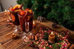 圣诞节仔细考虑了酒星,在木桌上的蜡烛 Xmas装饰在背景中 玻璃二 冬天温暖的饮料 库存图片