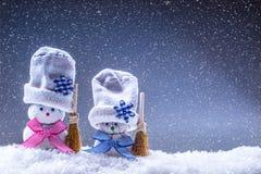 圣诞节 背景圣诞节关闭红色时间 圣诞节装饰装饰新家庭想法 家做了在雪大气的雪人 免版税库存图片