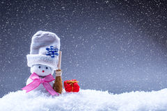 圣诞节 背景圣诞节关闭红色时间 圣诞节装饰装饰新家庭想法 家做了在雪大气的雪人 免版税图库摄影