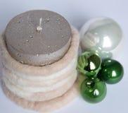圣诞节绿色球和蜡烛的构成 免版税库存图片