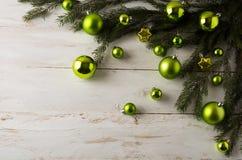 圣诞节绿色球装饰 免版税库存照片