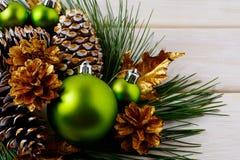 圣诞节绿色装饰品和金黄装饰的杉木锥体 库存照片