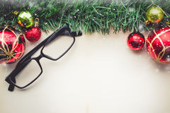 圣诞节绿草和玻璃在老纸wi空白  免版税库存图片