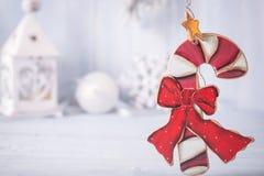 圣诞节从蓝色backgroun的右边的棒棒糖decoratin 库存照片