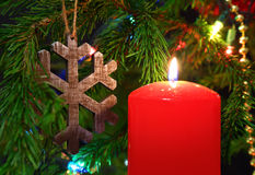 圣诞节-蜡烛和木雪花在冷杉 图库摄影