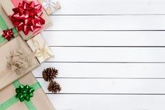 圣诞节主题的礼物盒左边界 免版税库存图片