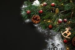 圣诞节 Xmas玩具和云杉的分支在黑背景顶视图 文本的空间 免版税库存图片