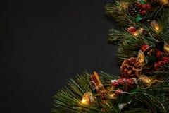 圣诞节 Xmas玩具和云杉的分支在黑背景顶视图 文本的空间 免版税库存照片