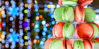 圣诞节bokeh ligh五颜六色的macarons塔 库存图片