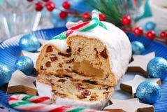 圣诞节stollen在蓝色板材的蛋糕 免版税库存图片
