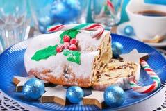 圣诞节stollen在蓝色板材的蛋糕 免版税库存照片
