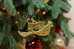 圣诞节treewith decoratibe玩具 免版税库存图片