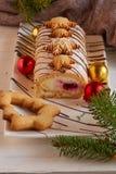 圣诞节vanila与奶油和果子的卷蛋糕 免版税库存图片