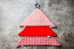 圣诞节xmas与拷贝空间的食物背景 由厨房餐巾做的圣诞树和曲奇饼担任主角 灰色石头 免版税图库摄影