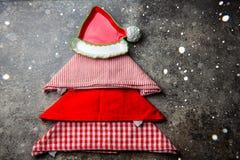圣诞节xmas与拷贝空间的食物背景 由厨房餐巾和红色板材做的圣诞树 灰色石头 免版税库存图片