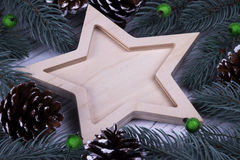 圣诞节Xmas新年假日与空木五的贺卡概念指向了星冷杉在白色木backg的分支锥体 免版税库存图片