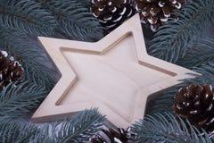 圣诞节Xmas新年假日与空木五的贺卡概念指向了星冷杉在白色木backg的分支锥体 库存图片