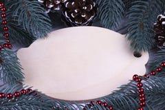 圣诞节Xmas新年假日与空的木牍冷杉分支锥体红色项链空间的贺卡概念文本deco的 图库摄影