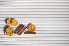 圣诞节xmas食物的摄影图象加香料在被采取的白色木背景的肉桂条橙色石灰切片在阳光下 免版税库存图片