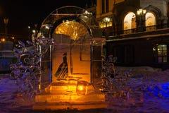圣诞装饰做了冰靠近东正教在晚上 库存照片
