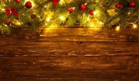 圣诞装饰和圣诞灯框架在木背景 库存照片