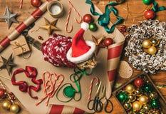 圣诞装饰和猫在红色冬天毛线衣和盖帽 免版税图库摄影