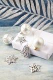 圣诞装饰和礼物 圣诞节铃声和银色中看不中用的物品 库存图片