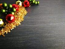 圣诞装饰红色金子绿色有黑背景 免版税库存图片