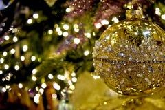 圣诞装饰,树装饰品,饰以珠宝的金子 图库摄影