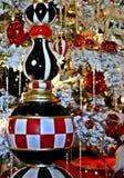 圣诞装饰,棋盘在白色frocked树的冰柱装饰品 库存图片