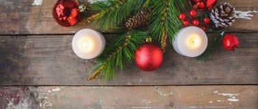 圣诞装饰,灼烧的蜡烛,在木背景的云杉 新年度`s概念 明信片 图库摄影