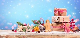 圣诞装饰-礼物和姜饼与装饰品 免版税库存图片