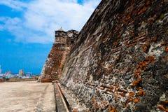 圣费利佩在俯视西班牙殖民地市卡塔赫钠在的de Indias的小山的De巴拉哈斯历史的城堡  库存照片