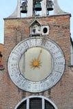 圣贾科莫di Rialto教会的时钟在圣马球区 推测,其中一个最旧的教会在威尼斯 库存照片
