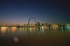 圣路易斯在晚上 库存图片