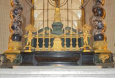 圣路易斯大教堂Invalides的内部 法坛  库存照片