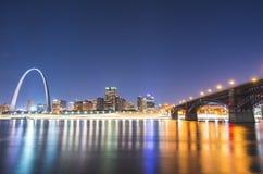 圣路易斯摩天大楼在与反射的晚上在河,圣路易斯 免版税图库摄影