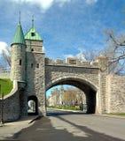 圣路易斯门在议会大厦附近的一个晴天 免版税库存图片