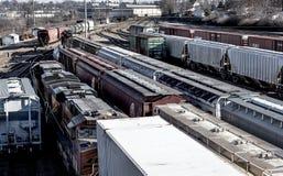 圣路易斯,密苏里,被团结状态大约列车车箱2018多条线在trainyard的火车轨道,被盖的跳跃者排队了 免版税库存照片