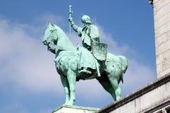 圣路易骑马雕象大教堂的Sacre Coeur在巴黎 图库摄影