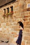 圣迈克尔修道院,诺曼底,法国, 2011年10月15日, -赶紧的修士在修道院曲拱通行证掩藏 图库摄影