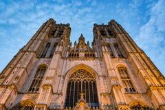 圣迈克尔和圣徒Gudula大教堂在日落的布鲁塞尔 免版税库存图片