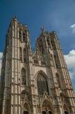 圣迈克尔和圣Gudula's大教堂哥特式门面和蓝色晴朗的天空在布鲁塞尔 库存照片