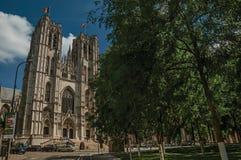 圣迈克尔和圣Gudula和街道大教堂在布鲁塞尔 图库摄影