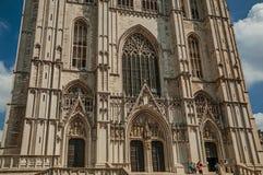 圣迈克尔和圣Gudula大教堂和蓝色晴朗的天空在布鲁塞尔 库存照片